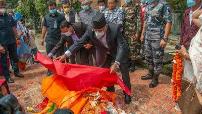 अध्यक्ष प्रचण्डद्वारा नेता क. बर्मन बुढालाई पार्टीको झण्डा ओढाई अन्तिम श्रद्धाञ्जली